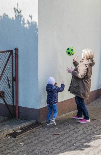 zajęcia ruchowe-nauka odbijania piłki od ściany