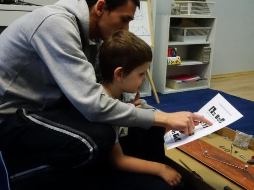 Kreatywne wykorzystanie paneli podłogowych iróżnych materiałów- dokumentacja tworzenia Paneli sensorycznych doPrzestrzeni sensorycznej