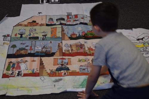 Tworzenie animacji poklatkowej nawieloformatowej grafice przedstawiającej wnętrze mieszkania, kolorowanej isklejanej zmałych części przezdzieci