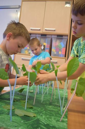 Tworzenie lasu ztektury, farb, słomek iliści