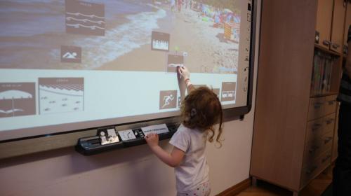 Nauka posługiwania się tablicą multimedialną - układanie piktogramów wodpowiednich miejscach nazdjęciu, skalowanie, przekręcanie