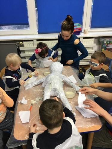 Tworzenie rzeźby- marzanny zpapieru, ciasta, farb