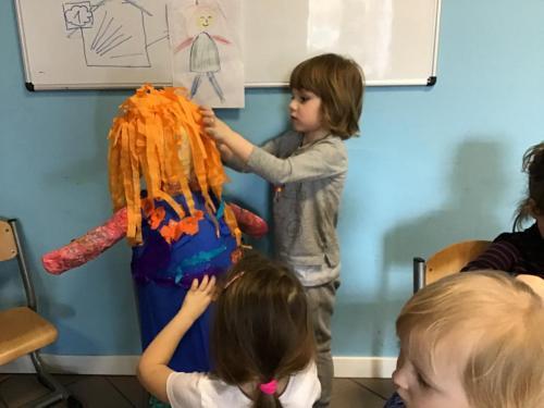 tworzenie rzeźby- Marzanny zpapieru, ciasta, farb, ubrań ibibuły