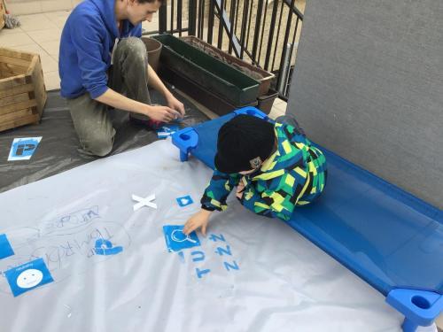 Nauka budowania transparentów - warsztaty przezhappeningiem Niebieski Plac