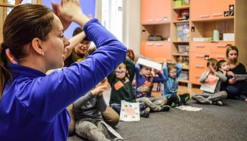 Nauka naśladowania iopisywania piosenki przy pomocy gestów iwoparciu oprzekaz wspomagany AAC PIC
