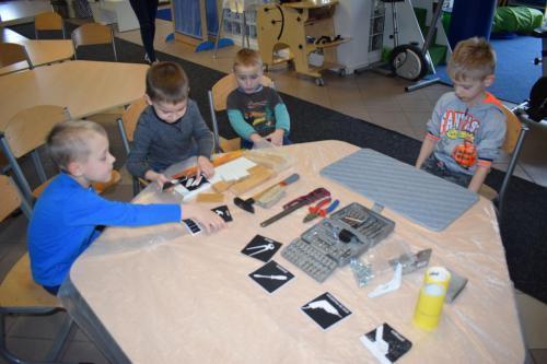 Zastosowanie piktogramów dooznaczenia narzędzi- warsztat pracy podczas tworzenia karmnika dla ptaków zestarego mebla