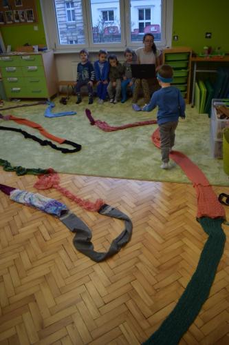 Kreatywne wykorzystanie szalików dotworzenia sensorycznej ścieżki- labiryntu. Przygotowanie futerka dla drzewa doplenerowej Przestrzeni sensorycznej