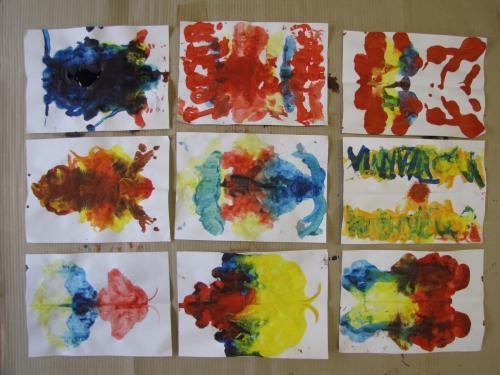 Obrazy malowane przezdzieci metodą składania kartki napół