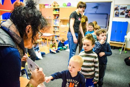 Kształtowanie umiejętności społecznych-czekanie wkolejce iwyrażanie prośby
