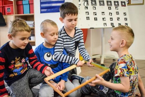 Zajęcia z kreatywności- ćwiczenia stolarskie- dzieci trzymają własnoręcznie wykonaną ramkę z drewna